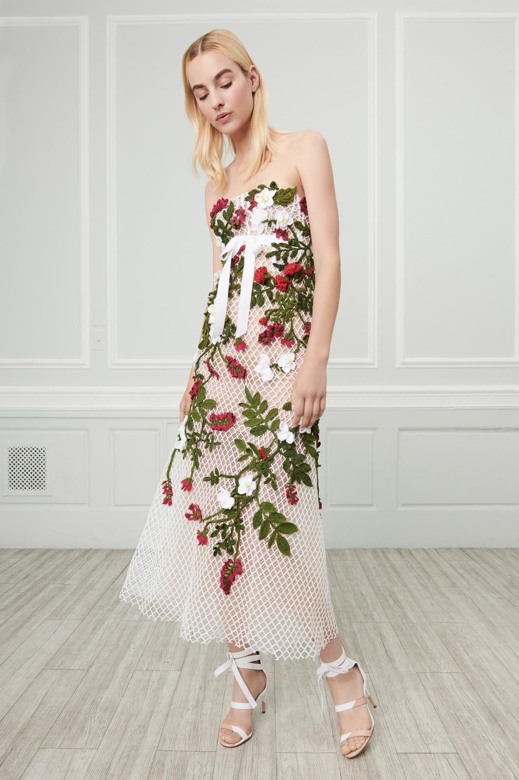 Luxusní a elegantní šaty s květinami. Zdroj  oscardelarenta.com 760a17034b