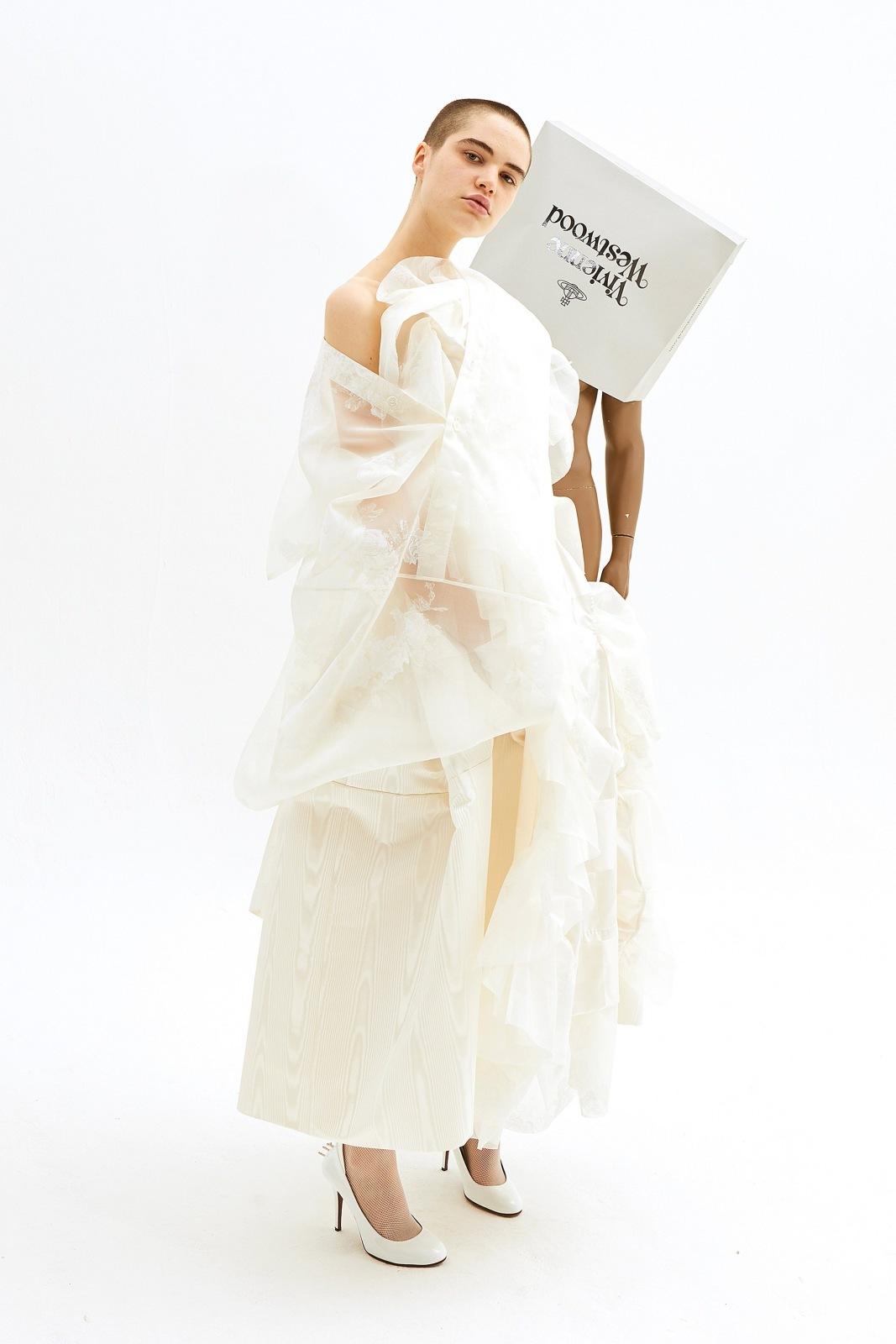 Svatební kolekce SS 19 od Vivienne Westwood  klasiku nečekejte ... 4d2a67c803