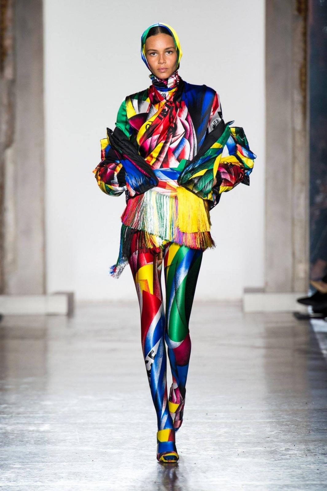 Velkolepá kolekce Versace FW 2018 19  Budou se nosit výrazné barvy a ... f8a7d58355