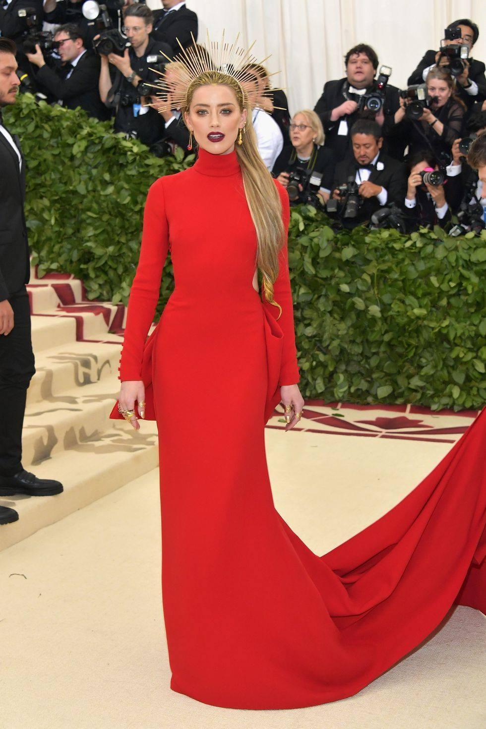 a6171bd07737 Met Gala 2018  Které celebrity v luxusních róbách letos oslnily ...