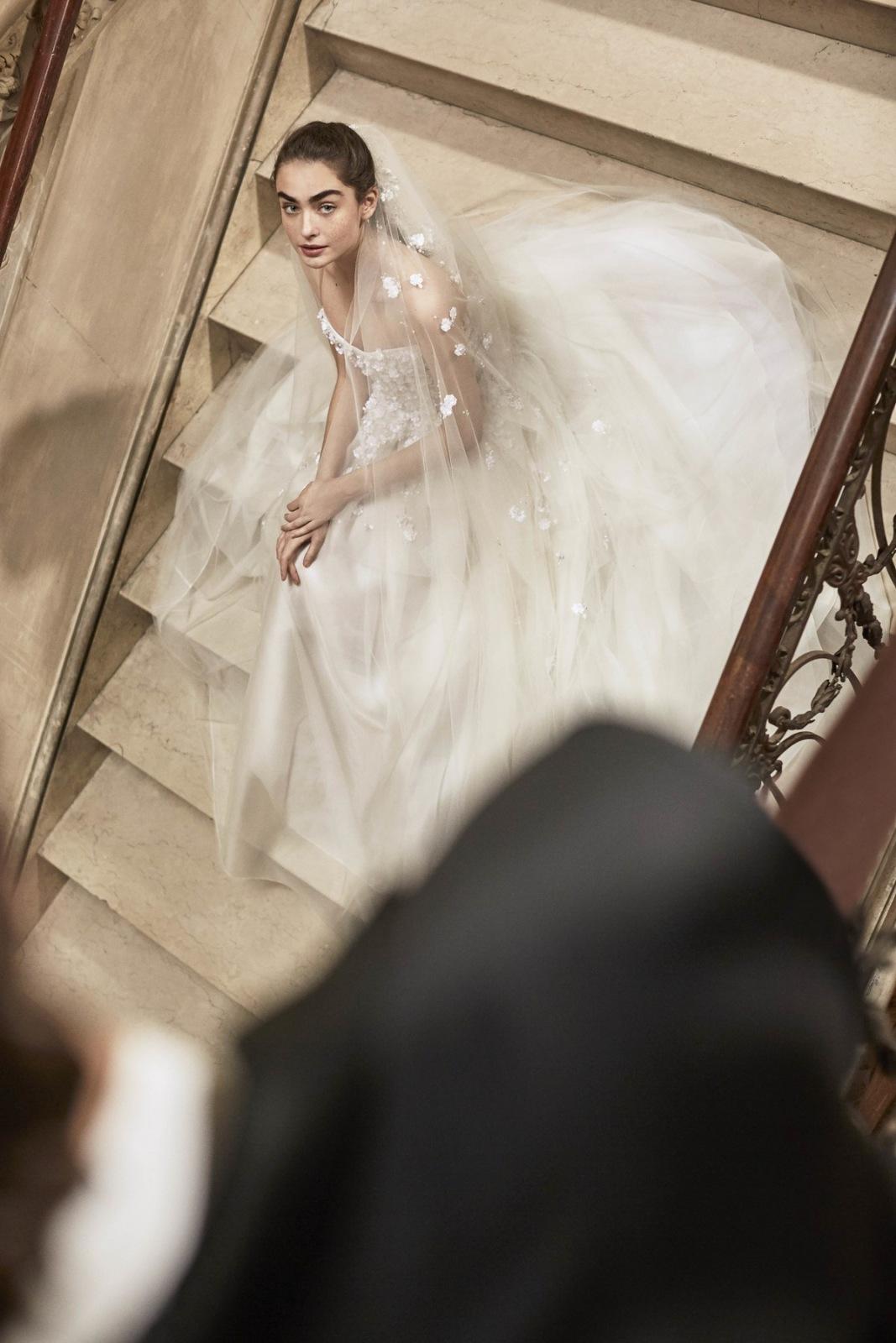 Elegantní a velmi ženské svatební šaty Carolina Herrera SS 19 ... 85e2b1184e
