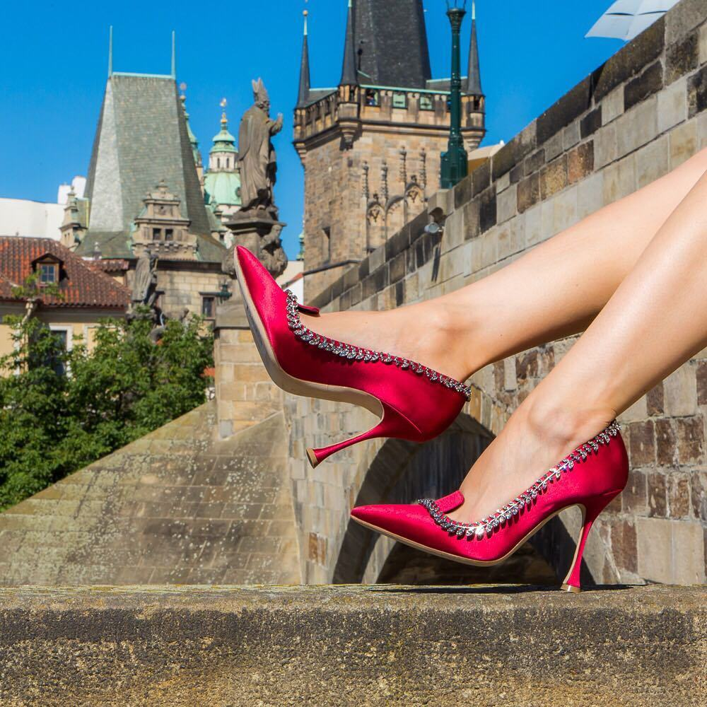 manolo vs louboutin Christian louboutin, italy, in general, typically run a 1/2 size small  manolo  blahnik, italy, in general, typically run narrow and true to size to a 1/2 size small.