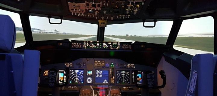 Kokpit v simulátoru Boeingu 737 NG