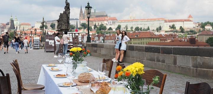 V úterý bude stůl prostřen přes celý Karlův most.