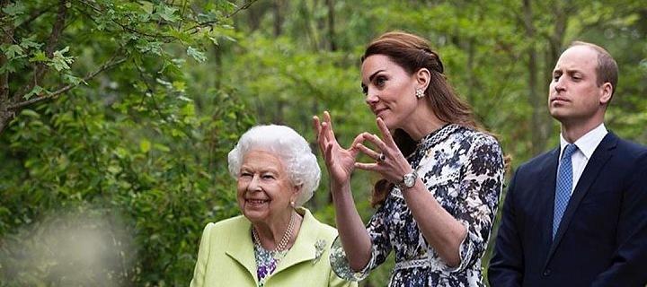Kate královně vysvětluje své zahradnické myšlenky.