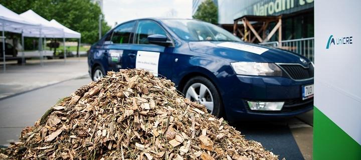 Vůz dokáže jet na biopalivo ze dřeva.