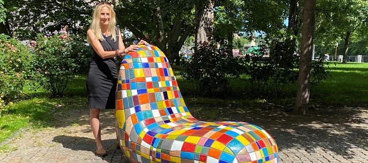 Křesla a mozaika barevných kachliček od Alexandry Koláčkové