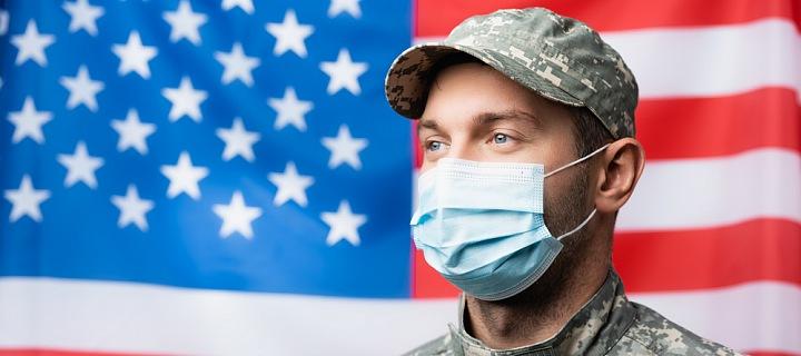 Americký voják před vlajkou