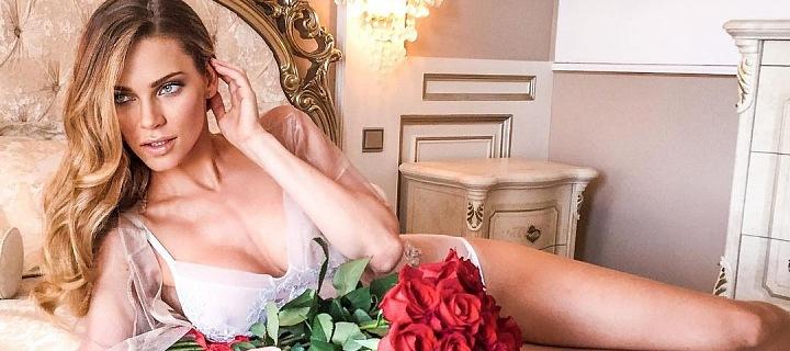 Andrea Verešová v posteli s růžemi.