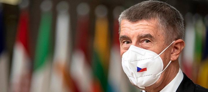 Andrej Babiš v roušce s českou vlajkou.