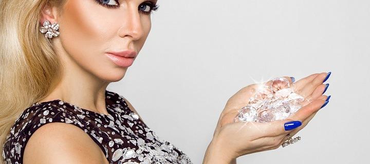 Atraktivní blondýna s diamanty v dlani