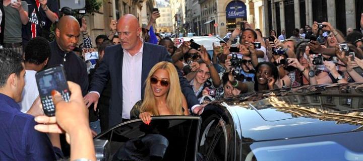 Beyonce před podnikem L'Avenue