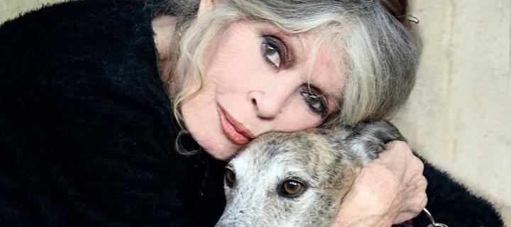 Brigitte Bardot objímající psa