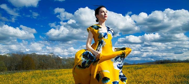 Žena v květovaných šatech na louce
