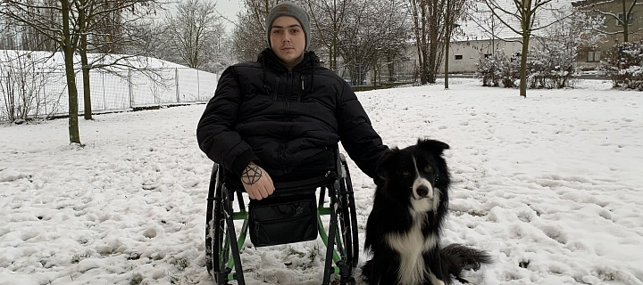 Daniel Křeček na vozíku se svým psem.