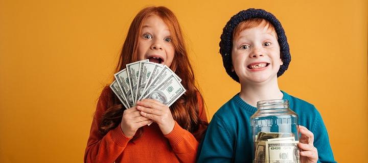 Děti drží v ruce peníze.
