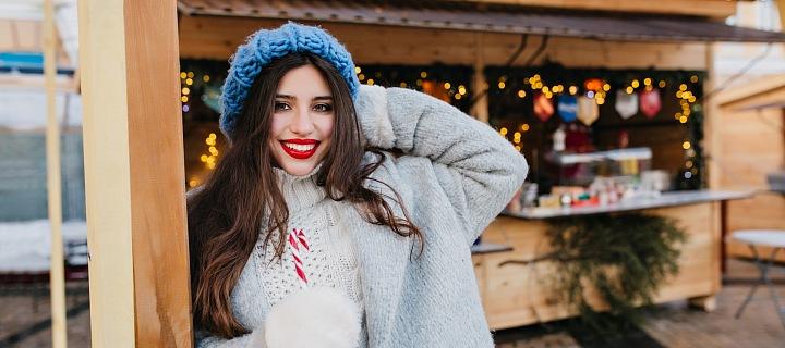Dívka na vánočních trzích.