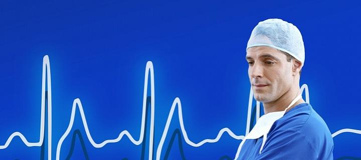 Zdravotníci v první linii bojují s nedostatkem zdravotních prostředků.