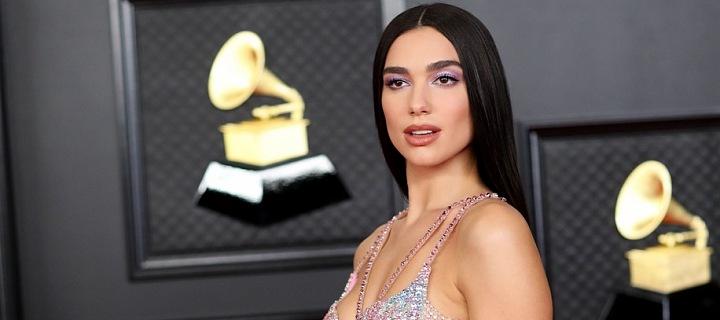 Dua Lipa v róbě Versace