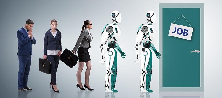 Dvě ženy, muž a robot jdou žádat o práci