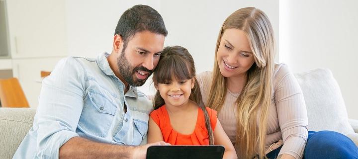 Rodina se dívá do tabletu.