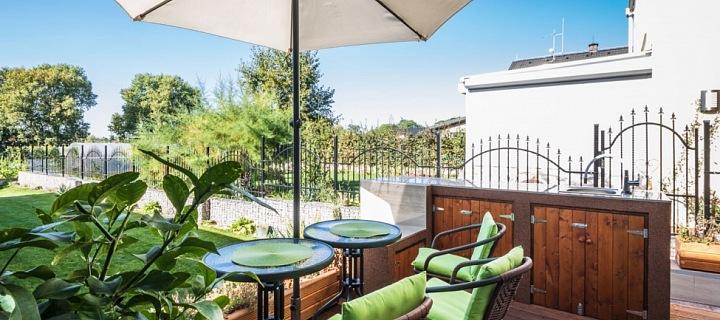 Posezení na terase s výhledy do zeleně