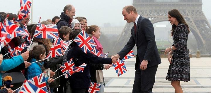 Princ William s manželkou Kate podpořují děti Bristké školy v Paříži.