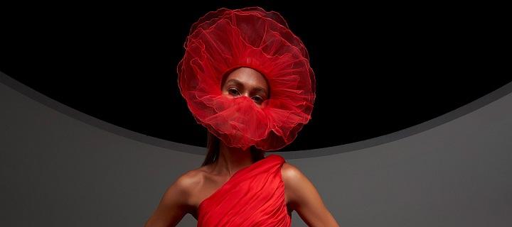 Joan Smalls v červených šatech Giambattista Valli