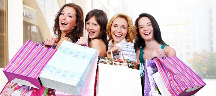 "Čtyři šťastné ženy s taškami ""narvanými"" nákupem"