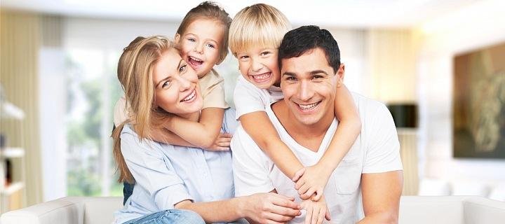 Rodina se dvěma dětmi v novém bytě