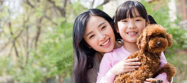 Šťastná mladá maminka s dcerou a pejskem.