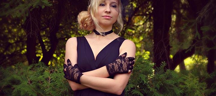 Mladá žena v pohřebních šatech
