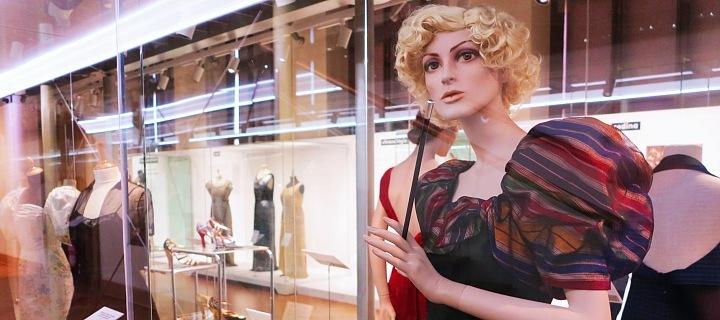 Výstava luxusních šatů Hany Podolské