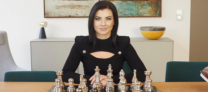 Žena hraje šachy