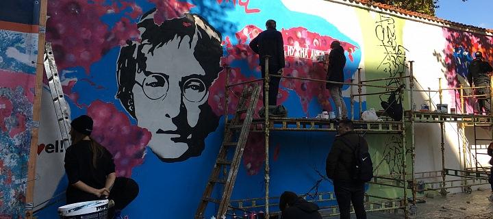 John Lennon je zpět na své zdi.
