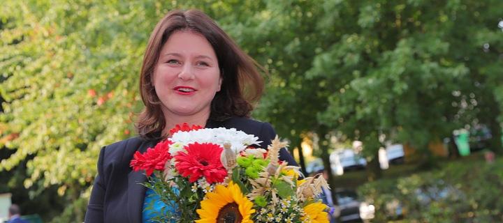 Jana Maláčová s kyticí letních květin