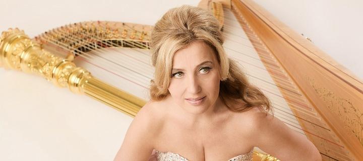 Jana Boušková a její harfa.
