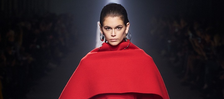 Kaia Gerber v červené peleríně Givenchy FW 2021