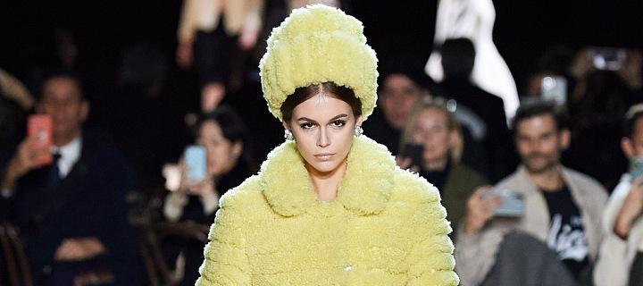 Kaia Gerber ve žlutém modelu Marc Jacobs FW 2020/21