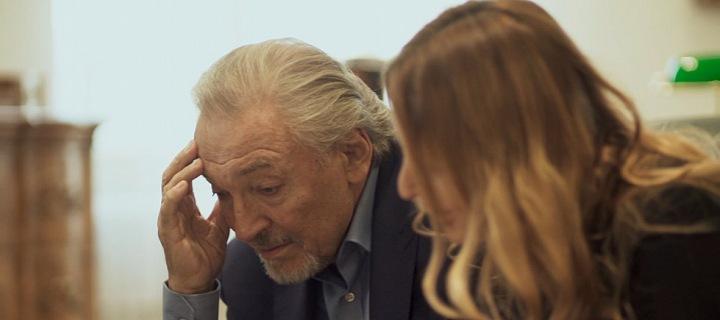 Záběry z filmu Karel: Zpěvák s Ivanou po stanovení diagnózy.