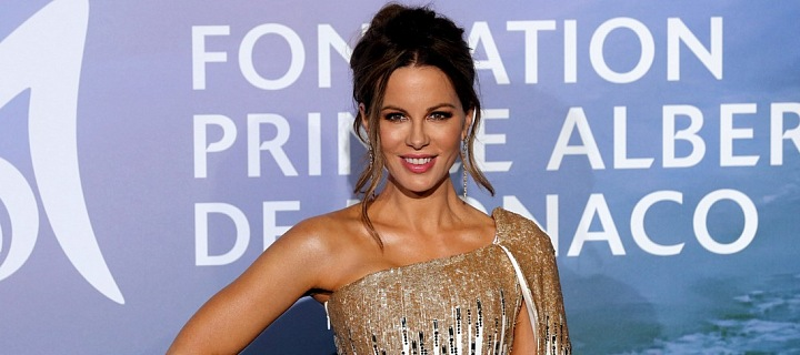 Kate Beckinsale ve zlaté róbě v Monte Carlu