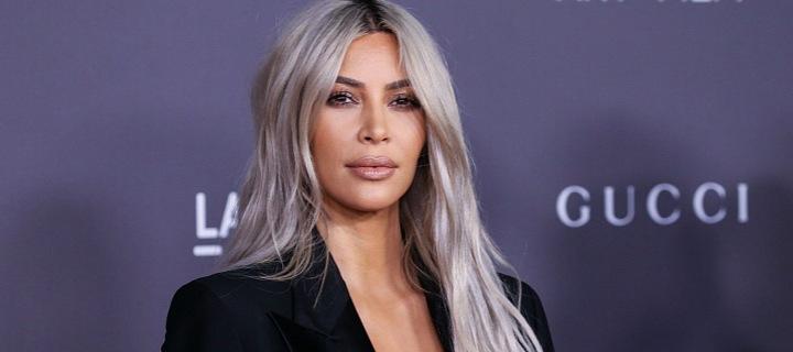 Kim Kardashian s blond vlasy.