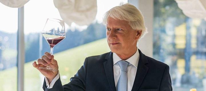 Ladislav Špaček se sklenkou vína v ruce.