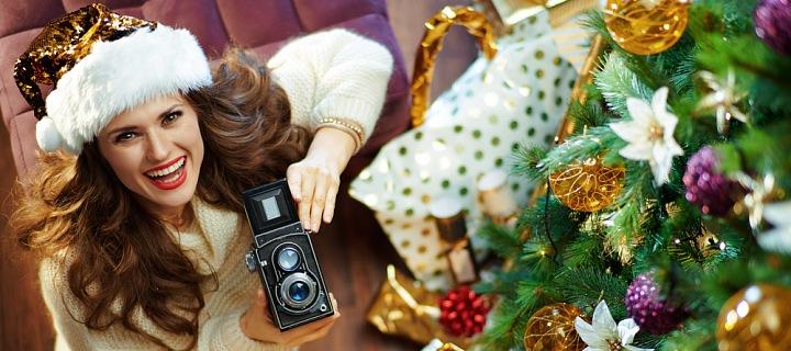 Žena u vánočního stromku