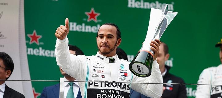 Lewis Hamilton s trofejí.