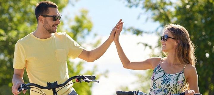 Lidé v parku na kole