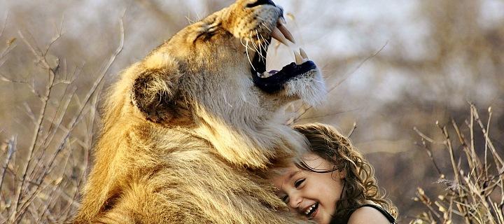 Lidé adoptují zvířata v pražské zoo.