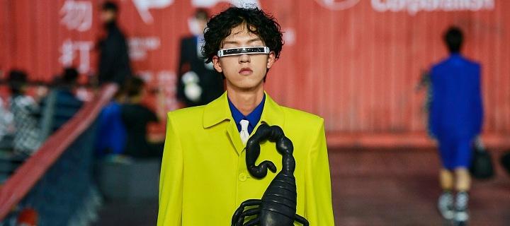 Muž v obleku se štírem na přehlídce Louis Vuitton SS 2021