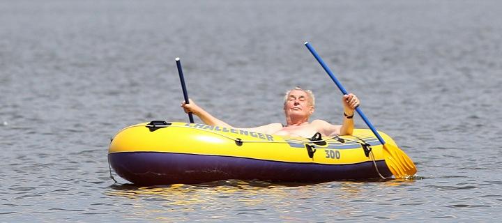 Miloš Zeman na člunu.