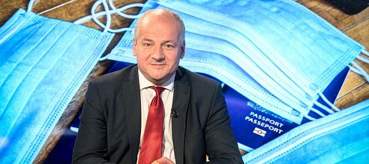 Ministr Roman Prymula, za ním jsou roušky